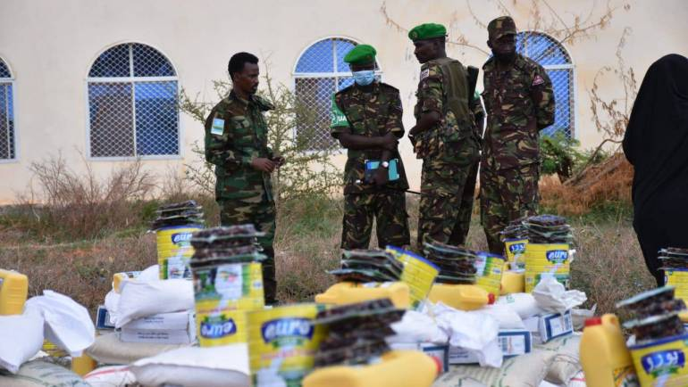 KDF TROOPS IN CONJUCTION WITH JUBALAND ADMINISTRATION AND KISMAYO BUSINESS COMMUNITY GIVE FOOD DONATIONS TO KISMAYO RESIDENTS